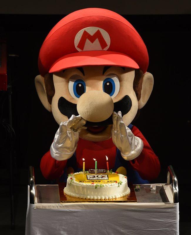 Un muñeco de Mario Bros sopló las 30 velitas de un delicioso pastel. (Foto Prensa Libre: AFP)